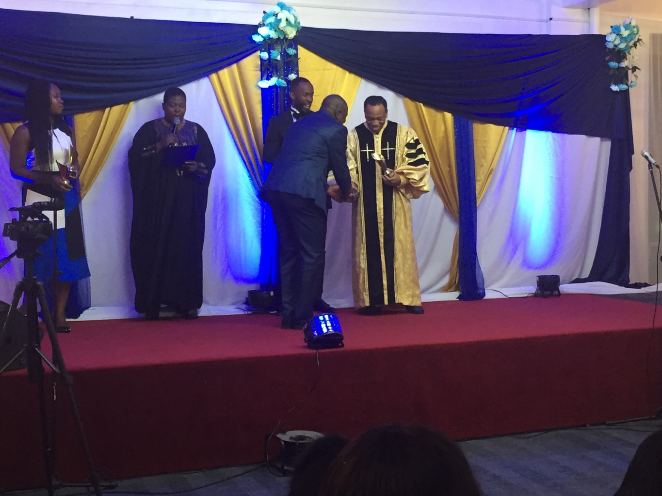 Pastor Nelson presenting Awards to